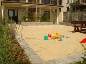 Kameralny placyk zabaw dla małych dzieci z piaskiem morskim